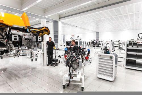 Het machtige hart - de 3.8l V8 wordt in het chassis bevestigd.