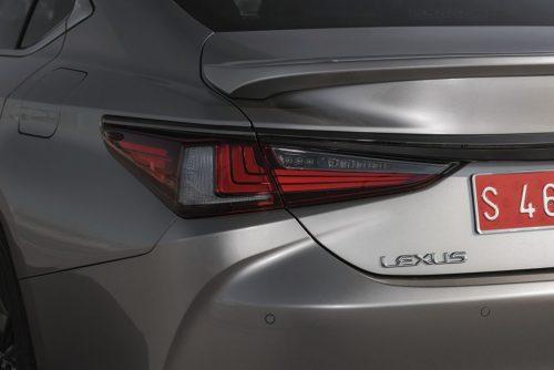 2019_lexus_es_300h_sedan_test_04
